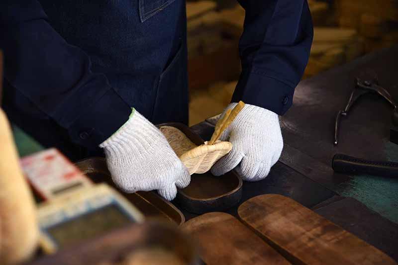 日本で唯一の手編み草履守りたい伝統 軽部草履
